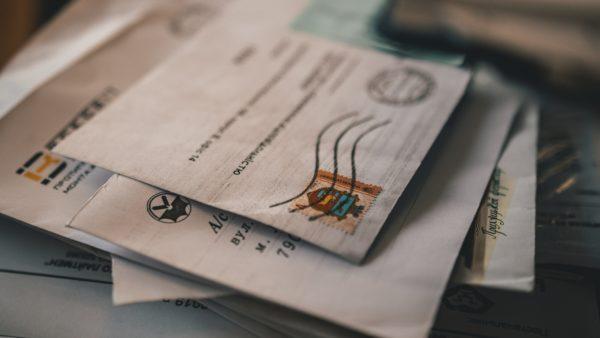 Stapel aus mehreren Briefen mit Dokumenten